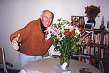 Arnold greets Sima with flowers